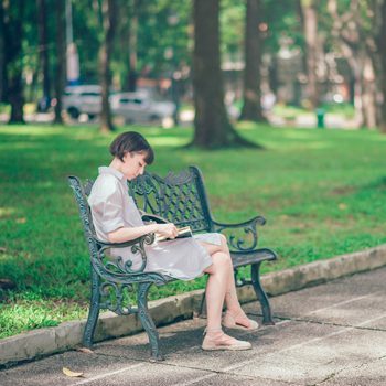 reading-outdoors